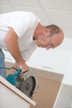 journeyman technician: Experienced carpenter using a circular saw
