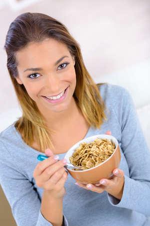 comiendo cereal: Mujer comiendo cereales para el desayuno