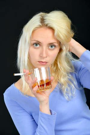 malos habitos: Mujer beber y fumar Foto de archivo