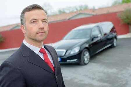 ředitel pohřebního ústavu s autem