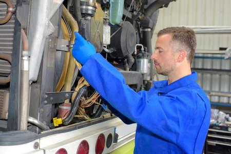 fixant le moteur de véhicule lourd