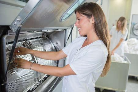 vrouw en wasmachine Stockfoto