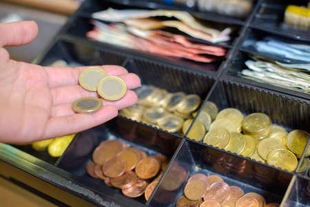 show bill: monedas en la caja registradora