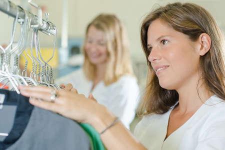 personal de limpieza: la mujer en el cuarto de lavado