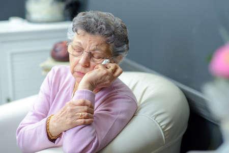 ältere Frau auf einer Couch