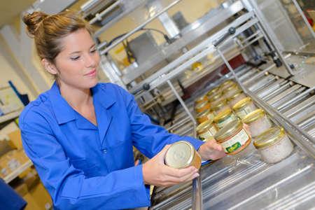 mujer trabajadora: trabajador de una fábrica de comprobar frascos Foto de archivo