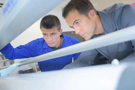 imprenta: Los técnicos trabajan en la máquina Foto de archivo