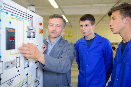 배선 계획을보고있는 연수생 전기 기사
