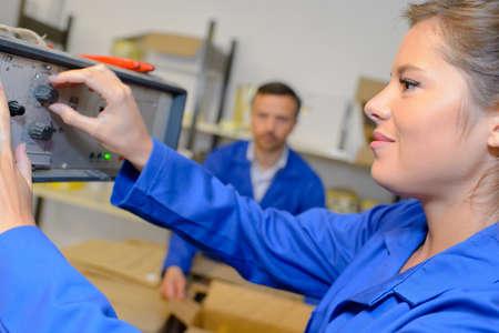 mujer trabajadora: Trabajador Dial de ajuste en la máquina
