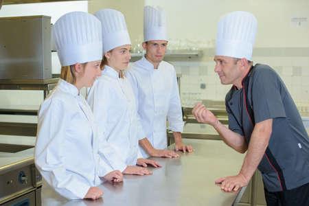 estudiantes adultos: dando una conferencia en la cocina