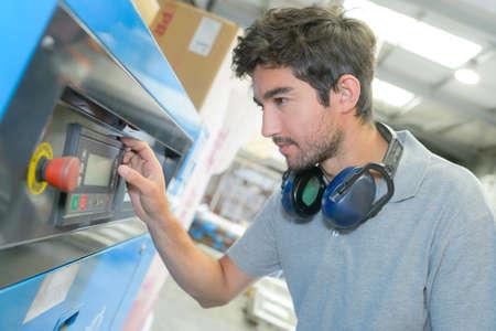 ruido: hombre joven con una máquina