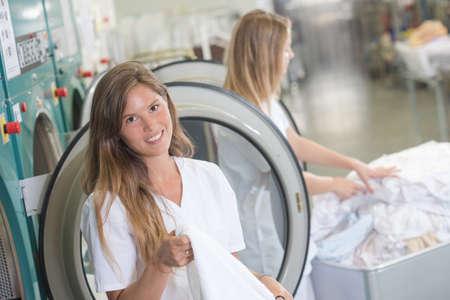 personal de limpieza: Señoras que trabajan en una lavandería profesional Foto de archivo