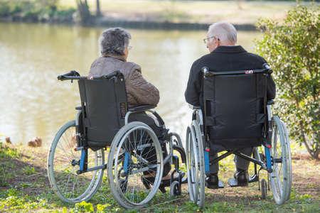 damas antiguas: pareja junto a un lago Foto de archivo