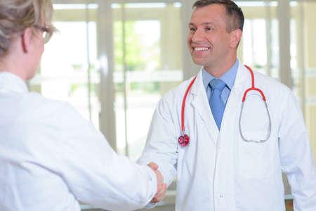 personas saludandose: saludo del doctor