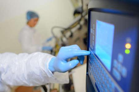 Factory operative using computer Standard-Bild