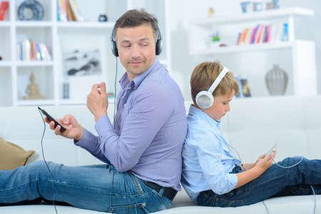 escuchando musica: conectado  Foto de archivo