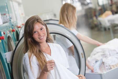 personal de limpieza: Hojas plegables Señora de la secadora