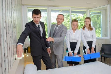 supervisión: Los alumnos que se inclina para limpiar la habitación de hotel