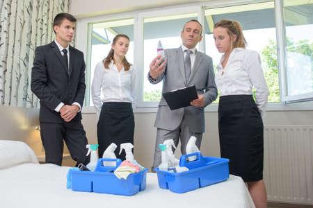 Hombre que revisa los productos de limpieza de personel de hoteles Foto de archivo - 51230002