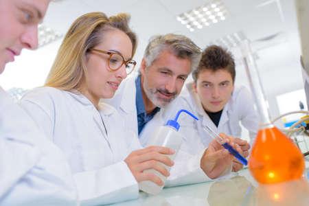 estudiantes adultos: estudiantes de laboratorio