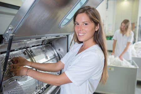 lavanderia: Señora que trabaja en la lavandería industrial