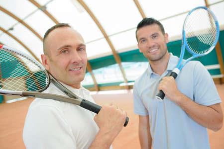 siervo: dos hombres con raquetas de tenis