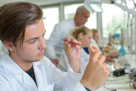 Giovane che lavora al dentiere