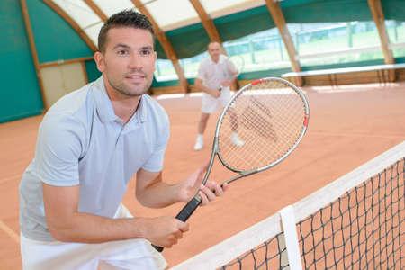 siervo: hombres en la cancha de tenis