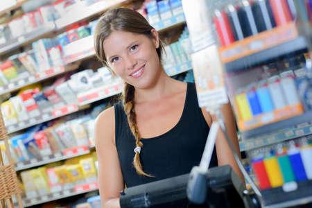 Vrouwelijke arbeider in een tabakswinkel Stockfoto