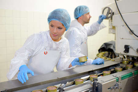 obreros trabajando: Los trabajadores en la l�nea de producci�n de alimentos