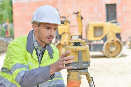 topógrafo: Surveyor configurando su equipo