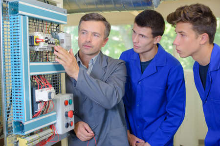Apprentis électriques Banque d'images - 52979589