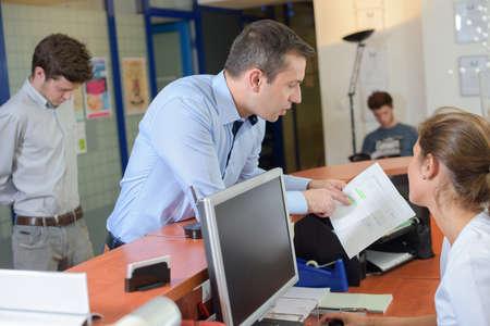 Client ein Papier zeigt