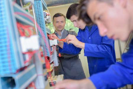 Apprentice elektriciens werken Stockfoto