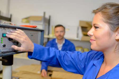 operai donna fabbrica