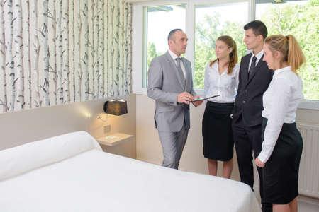 ホテルのスタッフと話しているスーパーバイザー