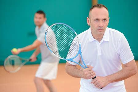 siervo: Un juego de dobles - Un par de hombre jugando tenis