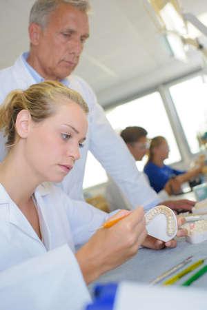 laboratorio dental: Los trabajadores de laboratorio dental