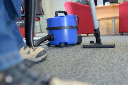 personal de limpieza: Limpiador con un vacío en la oficina