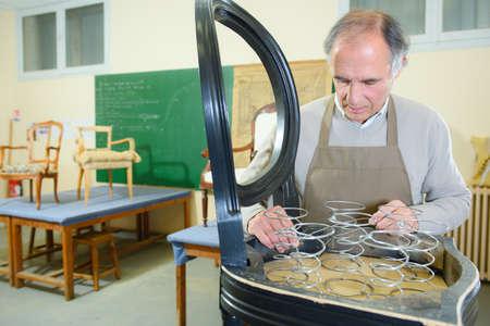 trabajo manual: La reparación de silla en un taller