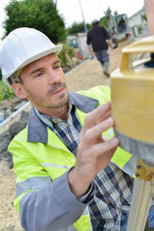 teodolito: Surveyor utilizando teodolito