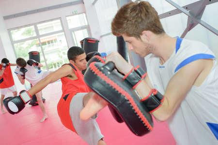 patada: clase de kick boxing Foto de archivo