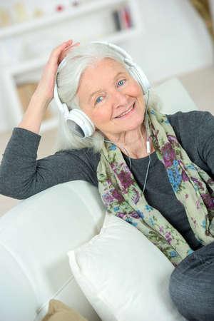damas antiguas: Señora mayor que escucha una cierta música