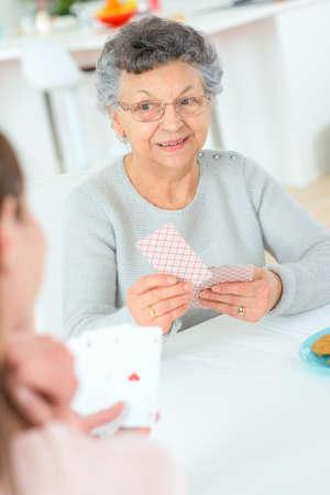 jeu de carte: Vieille dame jouant un jeu de cartes