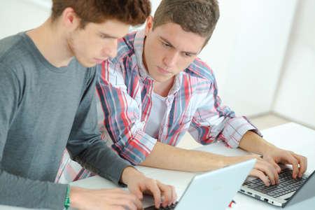 Dos chicos que estudian
