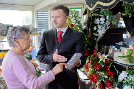 pompe funebri che mostra donna una lapide commemorativa Archivio Fotografico