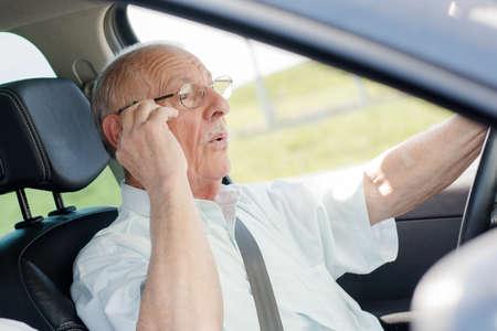 persona mayor: hombre en el coche