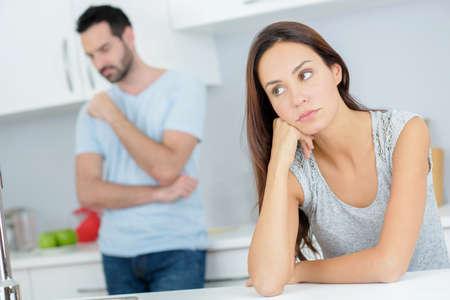 argument: Pares que tienen un argumento en la cocina