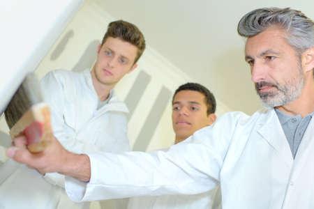 tutor: Profesor particular que usa el cepillo de empapelar