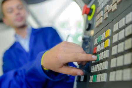 maquinaria: presionando el botón Foto de archivo